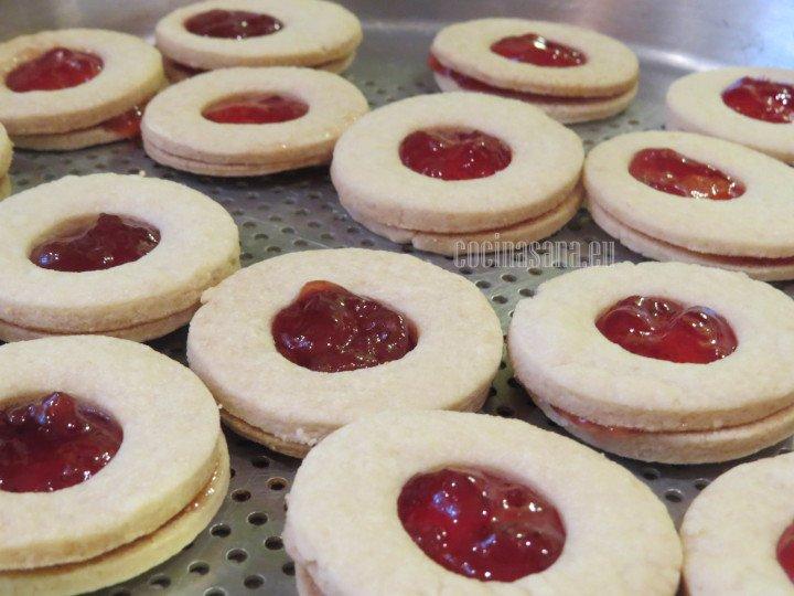 Rellenar las galletas con la mermelada puedes elegir diferentes mermeladas para preparar estas galletas.