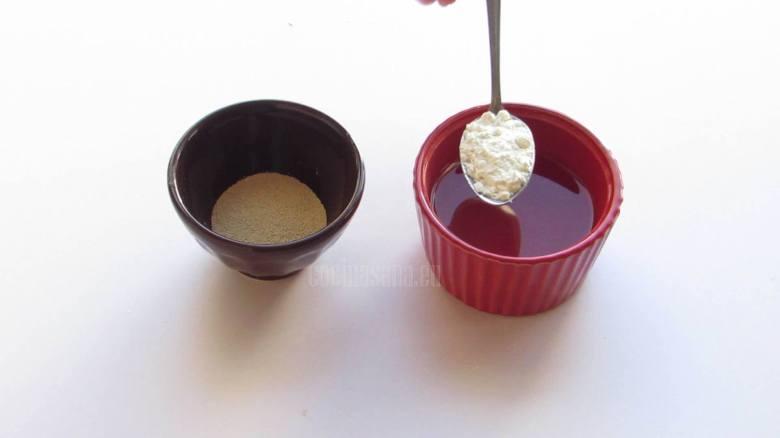 Mezclar la levadura con el agua y una cucharada de harina y una cucharada de azúcar.