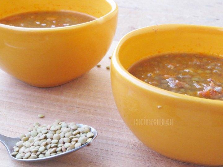Sopa de lentejas terminada y servida en tazones pequeños