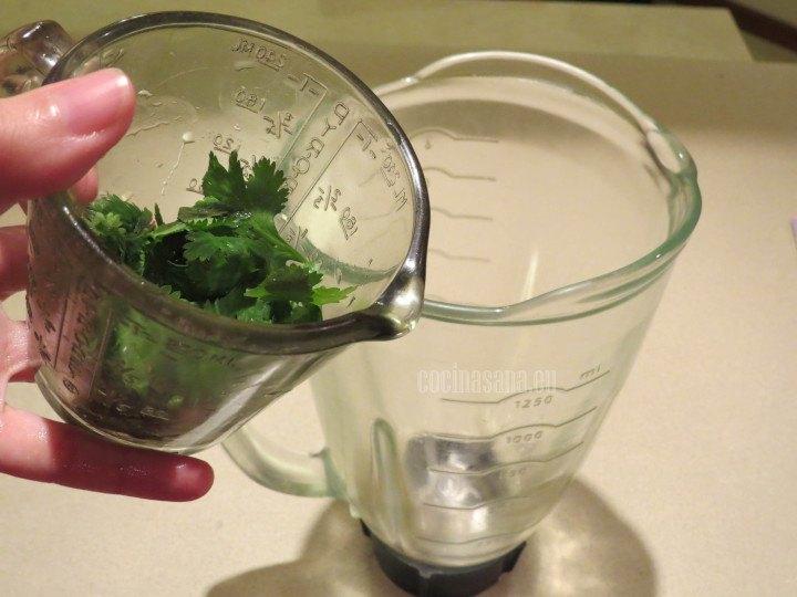Licuar el Cilantro con el agua, ajo y chile serrano.