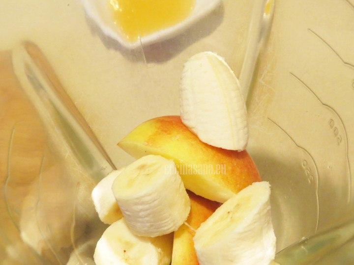 Colocar en la licuadora la fruta picada junto con los demás ingredientes