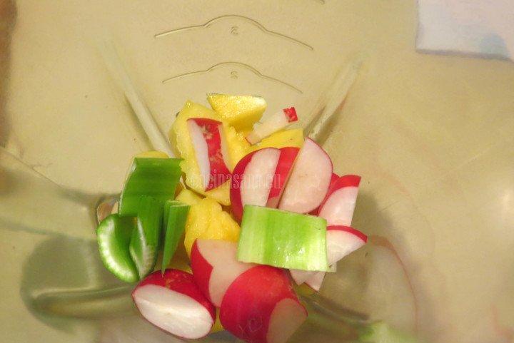 Agregar el Apio a la mezcla de frutas y verduras
