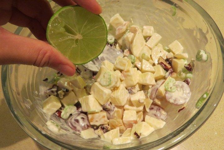 Añadir el Limón a la preparación, si las manzanas son muy ácidas suprimir este paso