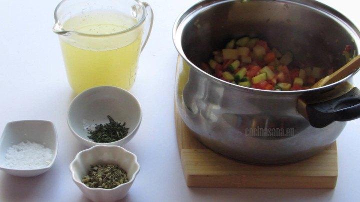 Añadir el consomé a las verduras salteadas, al mismo tiempo se añaden el romero, el orégano y la sal para condimentar la sopa.