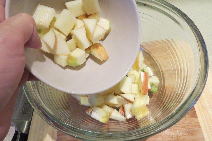 Añadir la manzana picada al apio picado y mezclar perfectamente