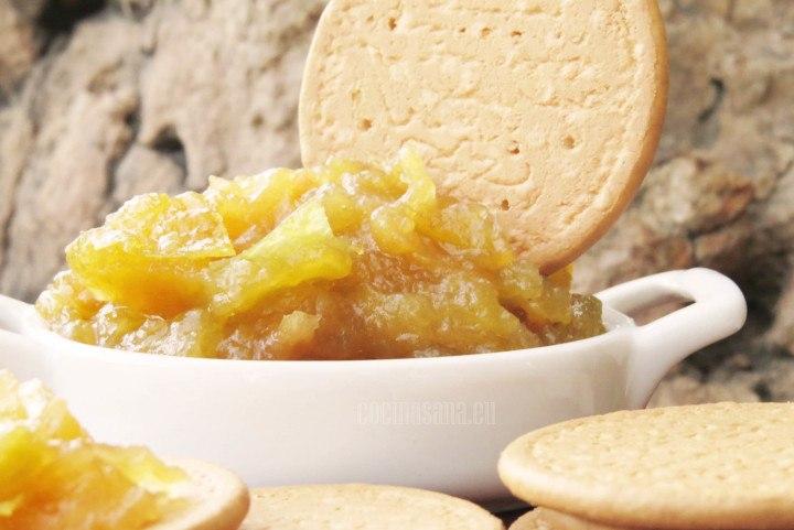 Mermelada preparada con manzana y canela, se puede servir con galletas de vainilla, pan etc.