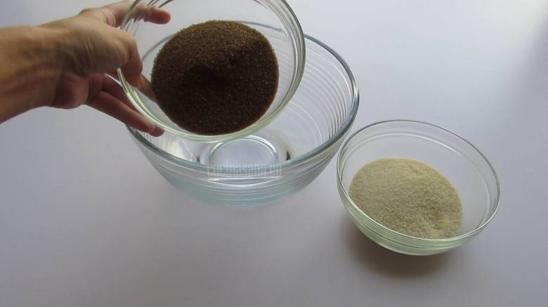 Mezclar los dos Azucares en un recipiente y mezclar ligeramente