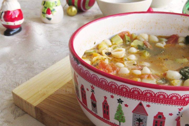 Sopa minestrone elaborada con diferentes verduras, pasta y tocino.