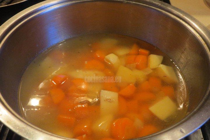 Añadir el consomé a las verduras para que termine de cocinarse