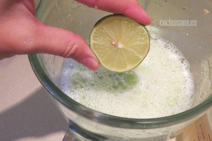 Agregar el Limón, añadir al gusto el jugo de limón