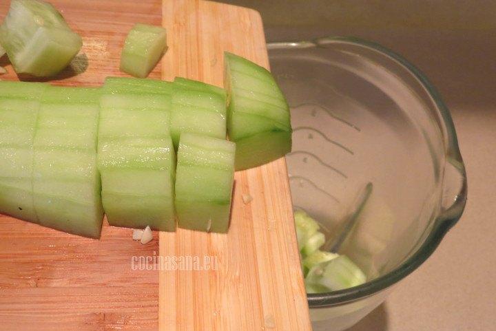Agregar el Pepino a  la licuadora para elaborar la base del agua fresca