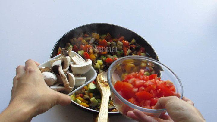 Agregar las verduras a la preparación y seguir cocinando hasta que se suavice