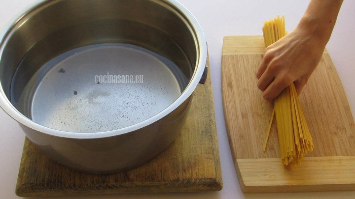 Colocar la pasta en la cacerola con agua hirviendo y dejar cocer unos minutos hasta que esté al dent