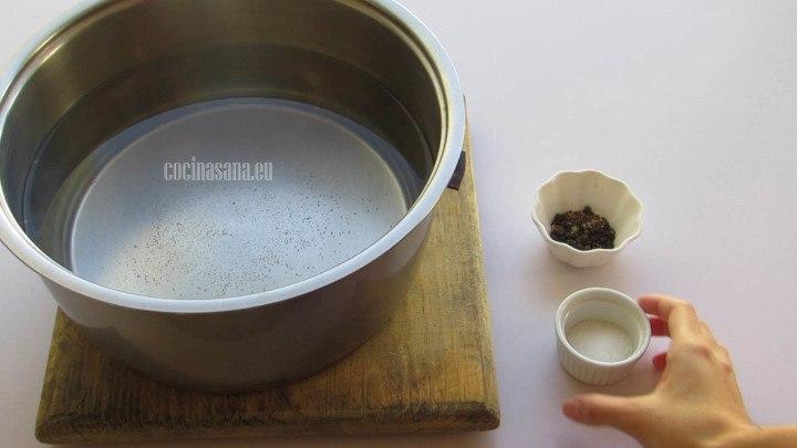 Añadir los Condimentos al agua, la pimienta, sal y un poco de aceite