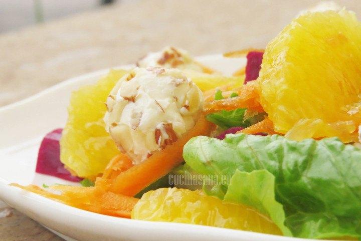 Ensalada con gajos de naranja y bolitas de queso crema perfecta para una tarde de calor