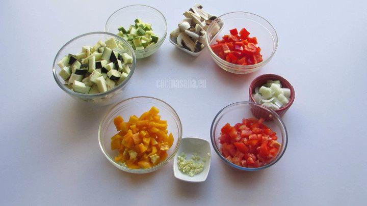 Picar todas las verduras antes de añadir al pisto