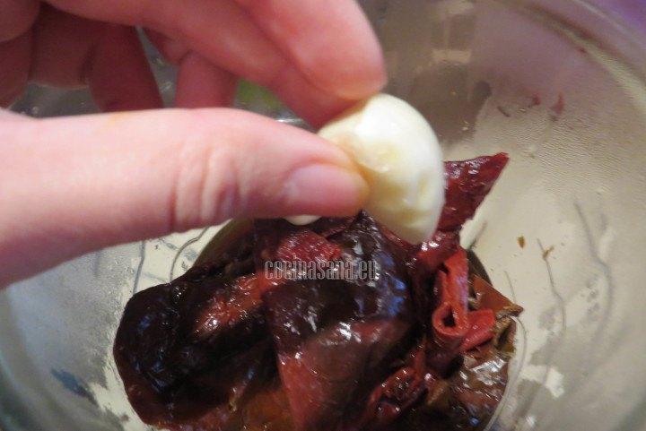 Agregar el ajo a los chiles y licuar para elaborar el adobo