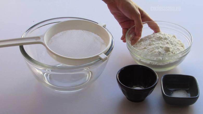 Cernir los ingredientes secos y mezclar ligeramente