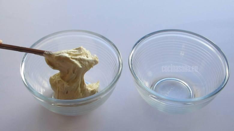 Dividir la masa en dos partes iguales para preparar la mezcla