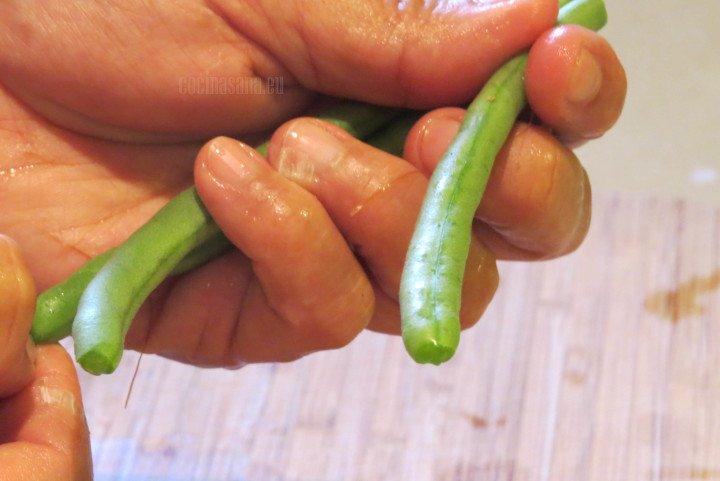 Cortar los Ejotes en trozos pequeños para que pueda ser fácil consumirlo.