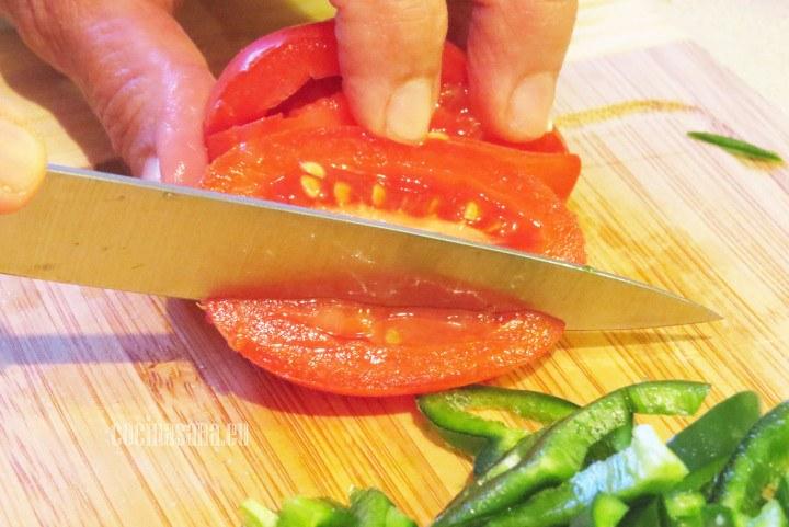 Cortar el Tomate en cubos o dados pequeños.