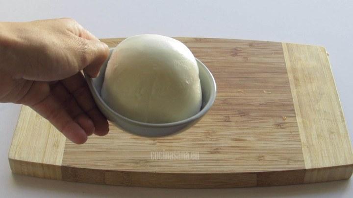 Se Rebana el queso en rodajas gruesas para servir junto con el tomate y elaborar esta famosa ensalada italiana.