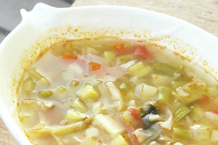 Sopa de variedad de verduras perfectas para nutrirnos, una receta muy casera