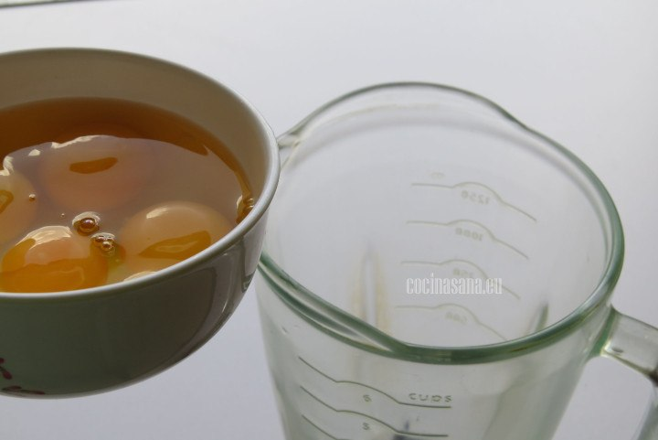 Agregar el Huevo a la licuadora para preparar el Flan