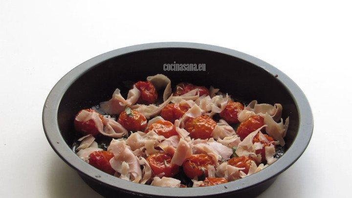 Agrgar el Jamón a los tomates y distribuir por toda la superficie