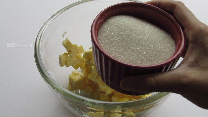 Batir la Mantequilla con azúcar hasta que tome un color ligeramente más claro y esponje