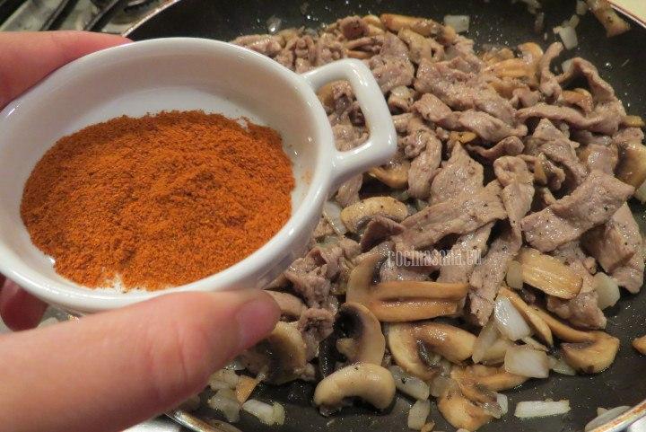 Agregar los condimentos a la crema para aportarle más sabor y color