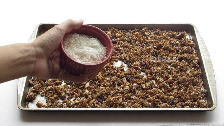 Agregar el coco rallado a la granola y terminar de incorporar