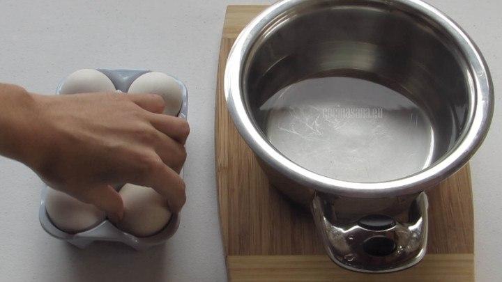 Hervir los huevos por alrededor de 11 minutos hasta que estén duros