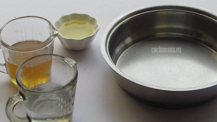 Preparar la miel con los azúcares, aceite y agua