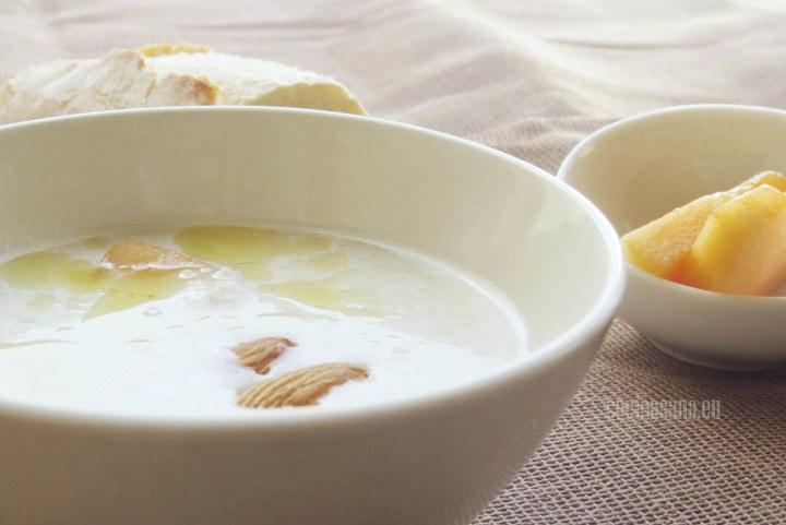 Sopa de almendras servida fría