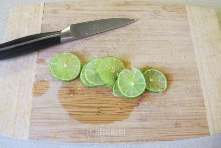 Cortar los limones en rodajas para añadir a la limonada y para decoración