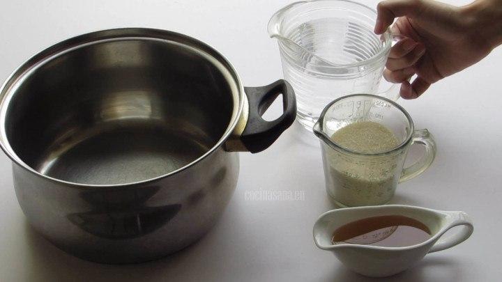 Elaborar un jarabe con la miel, azúcar y agua