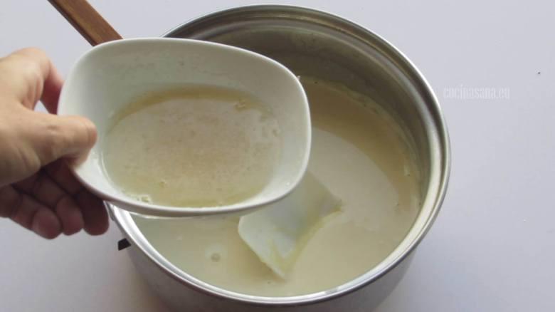 Agregar la grenetina a la crema cocida.