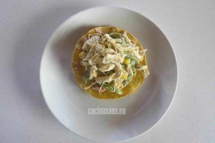 Colocar sobre la tostada el pollo la preparación con el pollo.