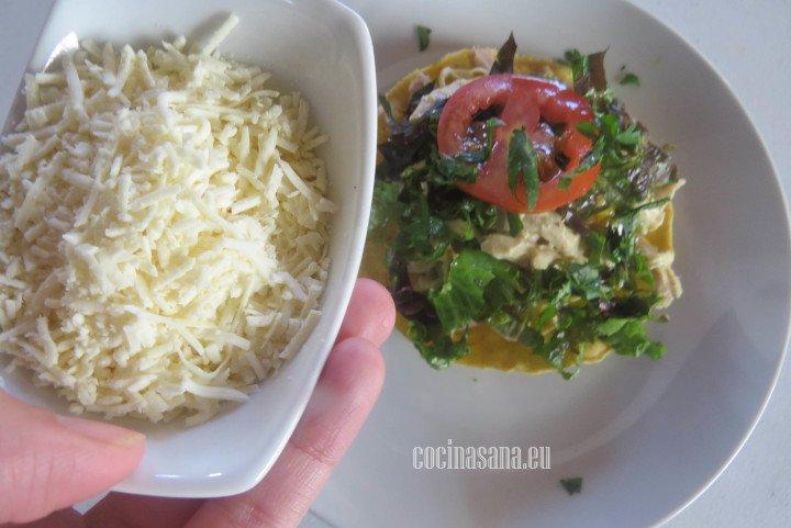Añadir el queso a las tostadas y también agregar el tomate y l lechuga.