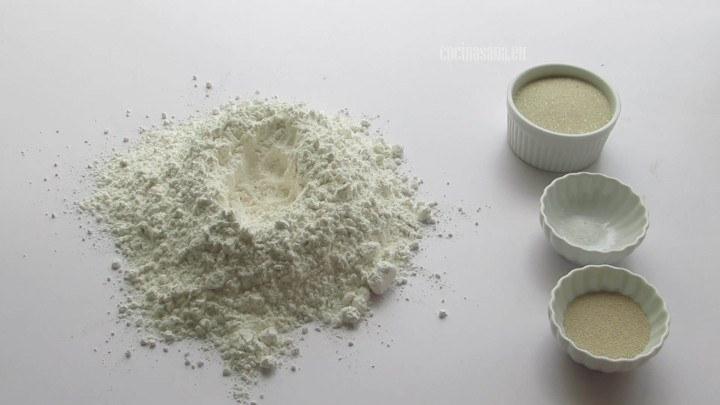 Combinar los ingredientes secos en el volcán de harina que colocamos sobre la mesa.