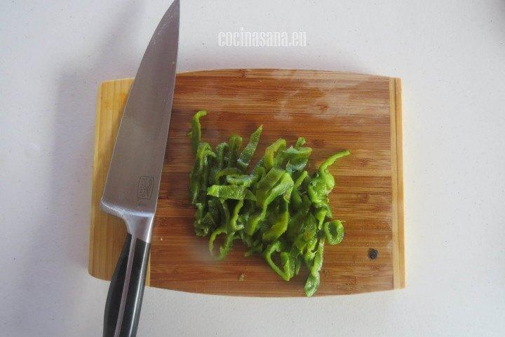 Picar el chile poblano en tiras retira las semillas y las venas para evitar lo picante.