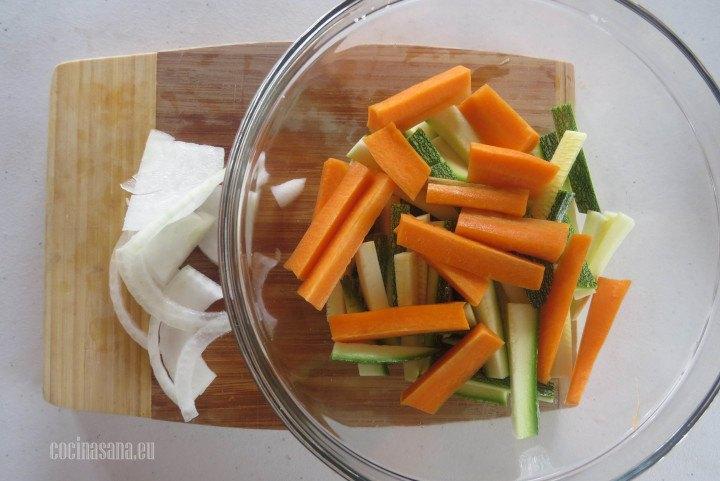 Agregar la cebolla rebanada a la zanahoria y el calabacín para agregar los condimentos.