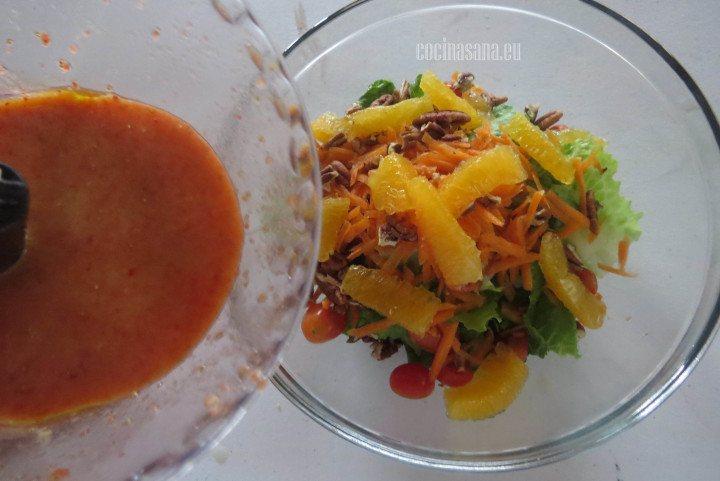 Añadir la vinagreta para aliñar la ensalada, mezclar bien.