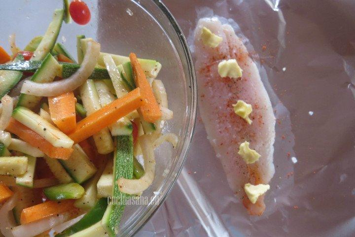 Añadir las verduras previamente sazonadas al filete de pescado.