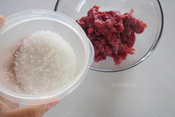 Condimentar con sal y pimienta la carne que picamos previamente.