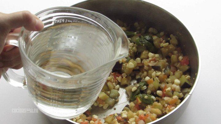 Agregar el Agua a la preparación, añade la suficiente hasta cubrir la sopa, también puedes utilizar consomé de pollo.