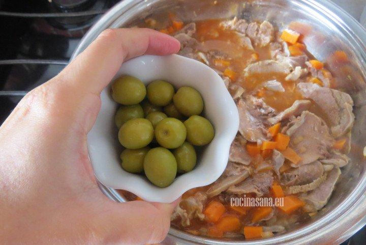 Añadir las Aceitunas al guiso de lengua a la mexicana y mezclar bien puedes usar aceitunas sin hueso o con hueso.