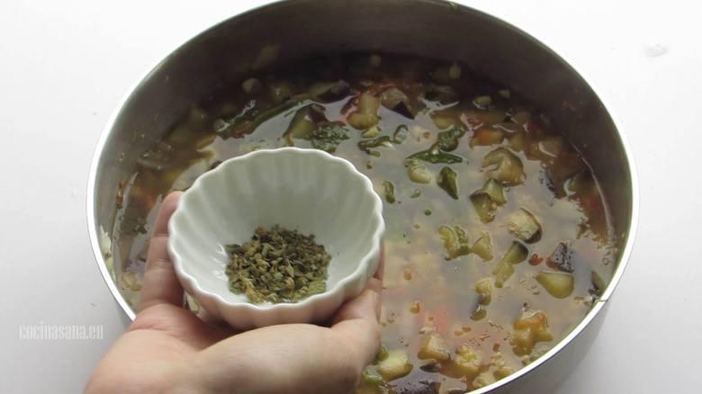 Condimentar la sopa al gusto con un poco de sal y orégano.