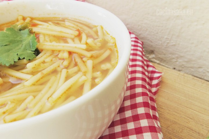 Sopa de Fideo preparada con tomate y aromatizada con cilantro y orégano